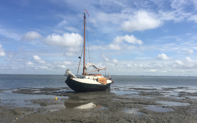 Schiff bei Ebbe im Watt
